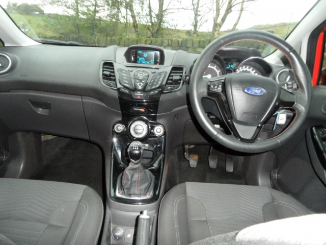 FORD FIESTA 1.2 ZETEC a/c 5 DOOR HATCH MANUAL ST LINE LOOKS FSH 43K LOW MILEAGE IMMACULATE