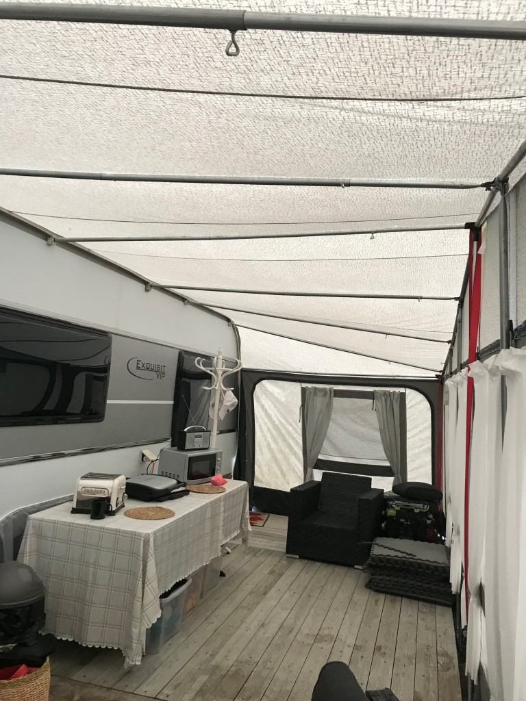 LMC 695 island bed with Walker awning