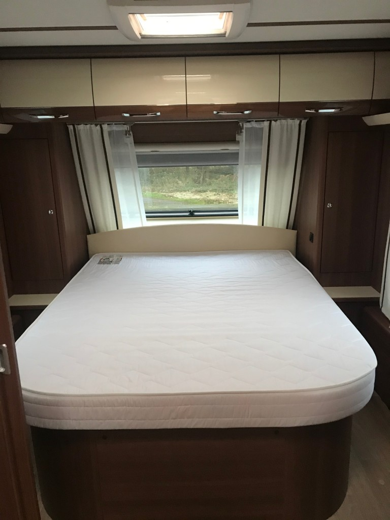 LMC 695 island bed like new