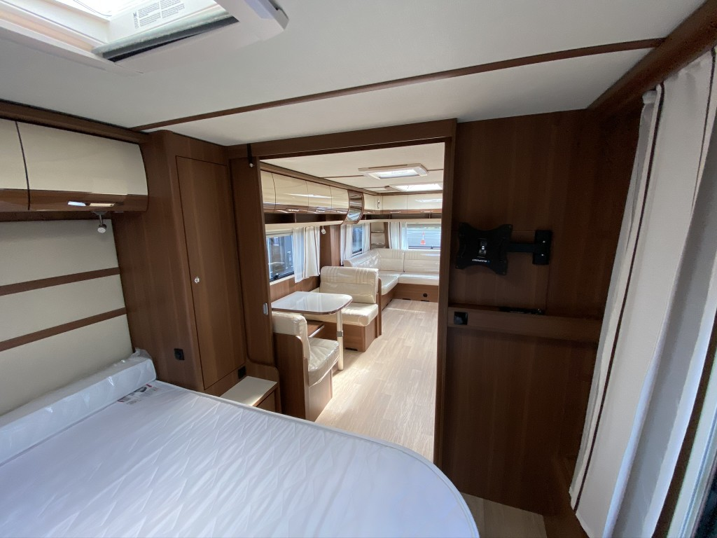 LMC Exquisite 685 VIP 5 berth Fixed island bed ene washroom 15 months warranty